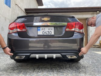 Накладка заднего бампера (диффузор) Chevrolet Cruze 2009-2015 Sedan ABS пластик, структурный, хром псевдовыхлопы